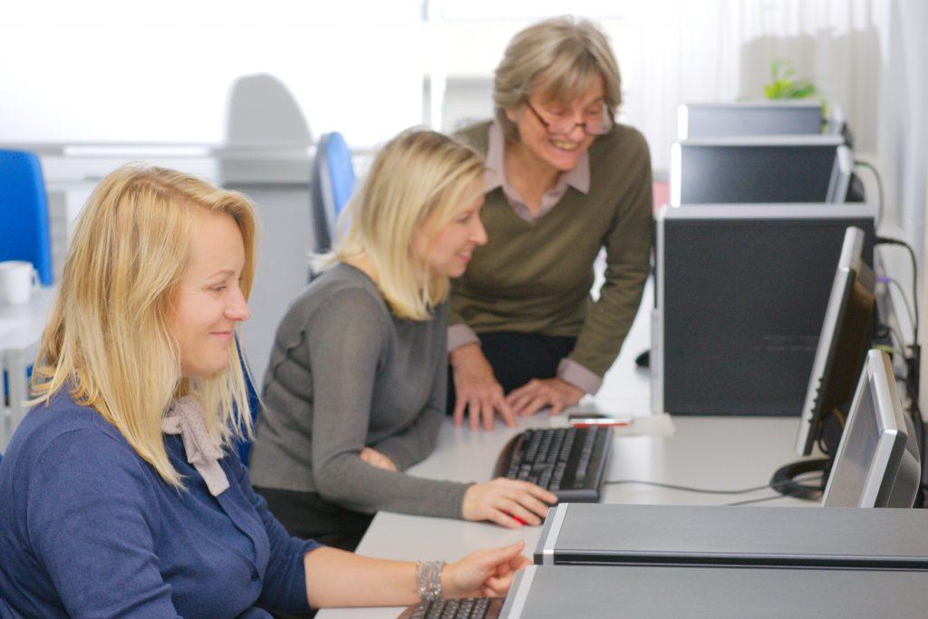 Drei Frauen arbeiten am Computer